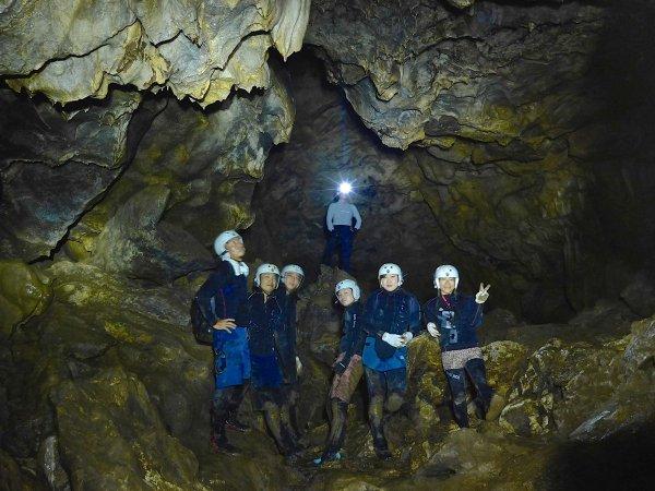 真っ暗な洞窟でライトを照らしながら、先頭を進むのはあなた自身! 探検隊になったつもりで洞窟内を攻略しましょう。