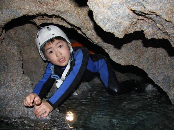 小学3年生からご参加OK!お子さまや初めての方でも、安全に本格的なケイビングを体験していただけます。