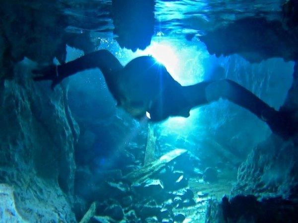 全身を水中にしずめ、地下水の中の洞窟をくぐればさらに奥の間へ!