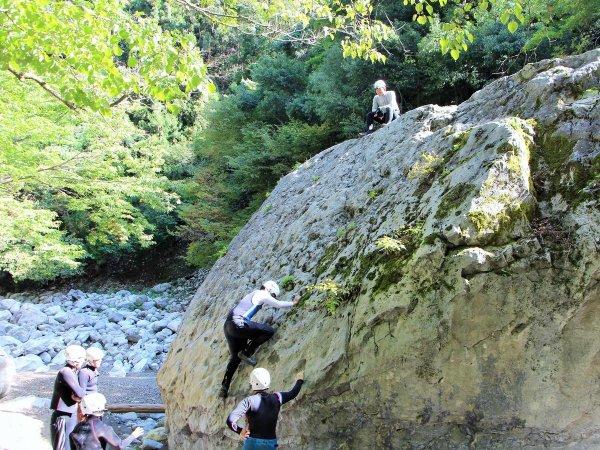 さらにランチ後には大岩でクライミングもチャレンジします。フィールドの自然を、良いとこどりで満喫しましょう。