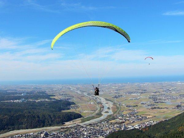 金沢平野と日本海、南には白山を望み、眼下には手取川の流れる扇状地。雄大な空の旅をゆったり満喫!