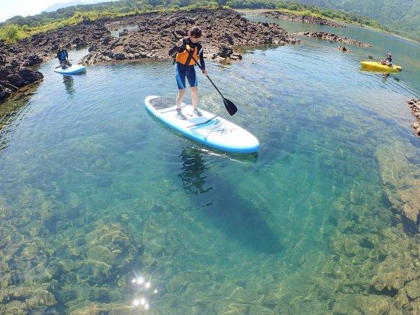 SUPの高い視点から見ると、他の湖では見られない神秘的な『本栖ブルー』が足元に広がります!