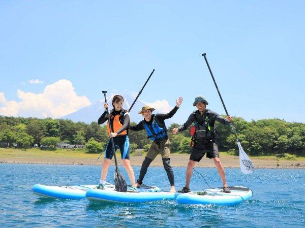 ガイドがその時々で、楽しい遊びを紹介!水がきれいな本栖湖で、水遊びを楽しみましょう!