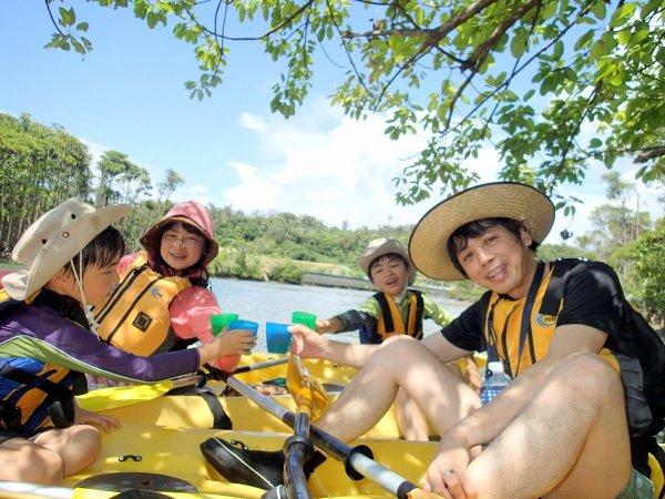 マングローブの林の中で水上ティータイム♪ドリンクとおやつをご用意しています。