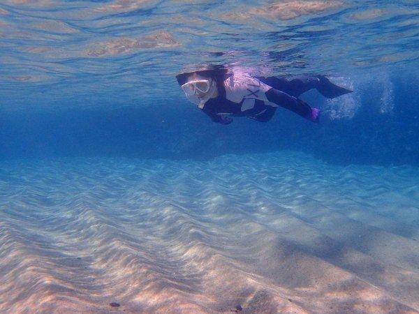 白い砂地が広がる美しい海