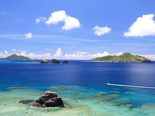 美しい海が広がる慶良間諸島。ケラマブルーと呼ばれています。