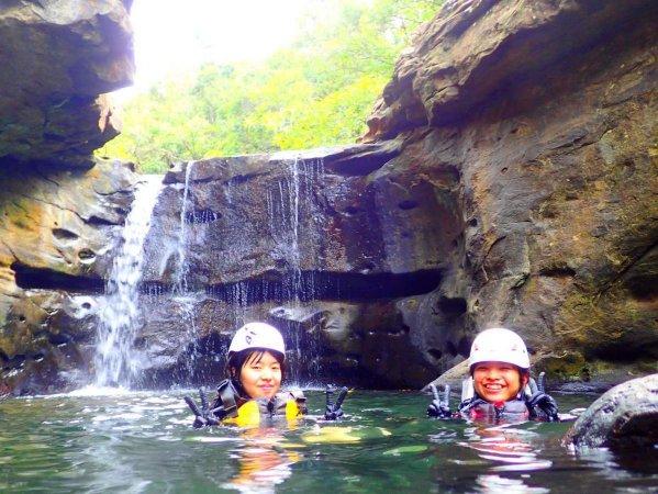 滝つぼにジャーンプ!全身に水しぶきを浴びて気分爽快!