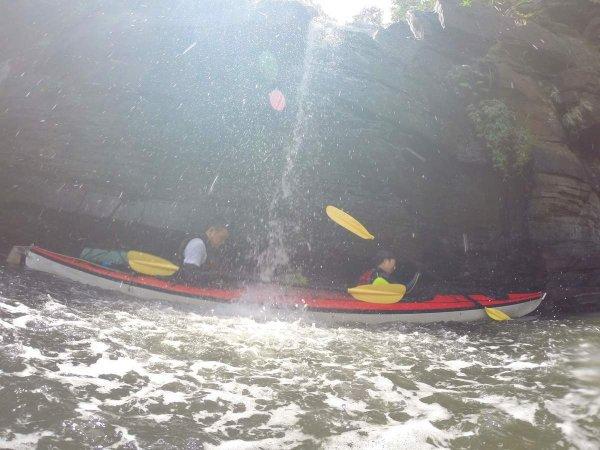 カヤックに乗ったまま全身に水しぶきを浴びて気分爽快!