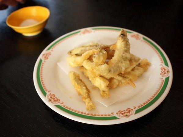 自分で釣ったワカサギの天ぷらが食べられる!