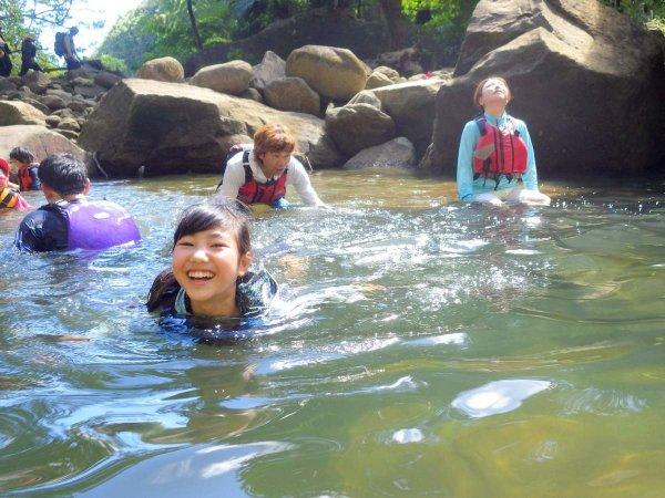 暑い時期には滝つぼでの水遊びがオススメ♪