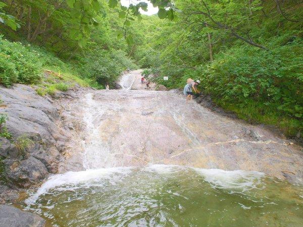 温泉が流れる珍しい滝