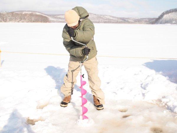 分厚い氷に穴をあけてみよう♪