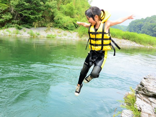 勇気を出して、せーのっ!ジャーンプ!川遊びって楽しい♪