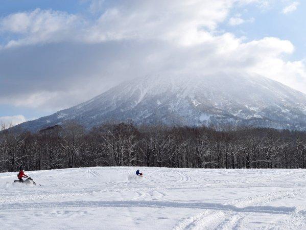 開放的な雪原を走り抜けることができる、スノーモービルランドコース!