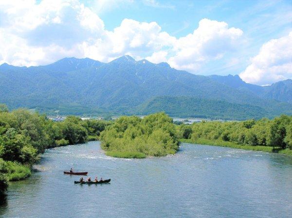 大自然の中をゆったりと流れる空知川