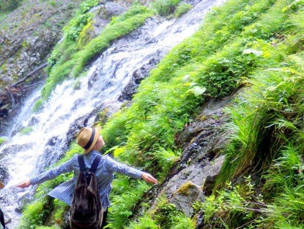 滝のそばまで近づいてみよう!マイナスイオンを浴びて気分爽快
