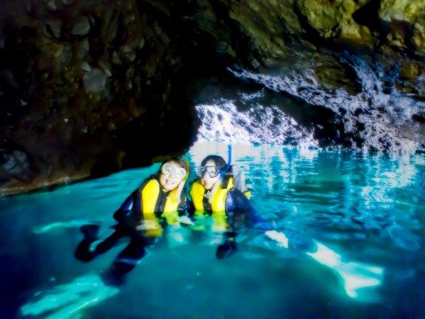 青の洞窟内は、宝石のように美しいブルーに染まっています。