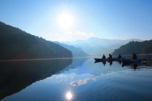 山々に囲まれた静寂な環境でカヌーを満喫しよう!