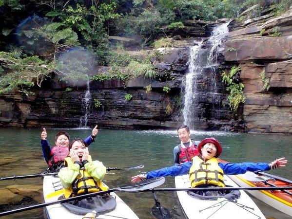 カヤックに乗って川の奥の滝まで行ってみよう!