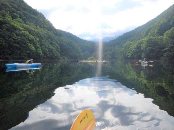 幻想的な早朝ツアー。朝の湖は、とっても静かでおだやか。