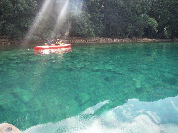水深や太陽の位置で変化する田沢湖ブルー