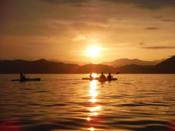 湖上から夕日を眺めるロマンチックな時間