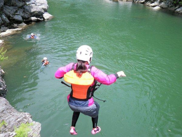 天然岩の上から、飛び込みに挑戦