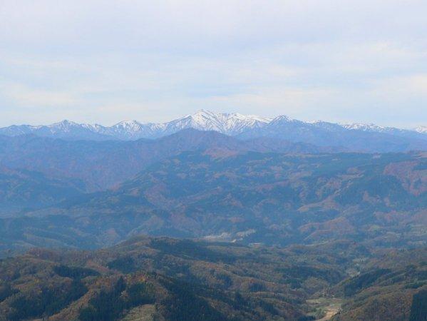 上空500mからの朝日連峰の眺め