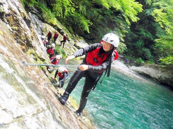 途中には、ロープを使って登るスリリングなポイントも!