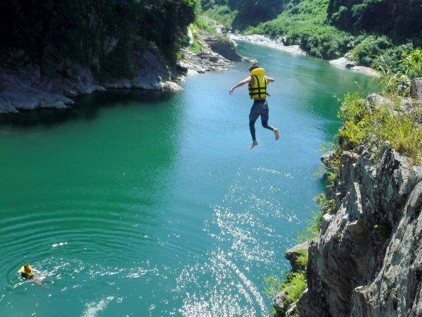 飛び込みやバランスゲームなど、川遊びも満載!
