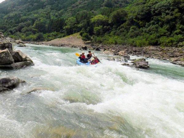 豪雨と急流により削られた、深い渓谷を流れる北山川でラフティング!