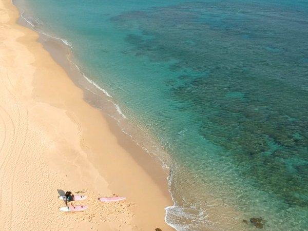 エメラルドブルーが美しい奄美大島の海でサーフィンに挑戦しよう!