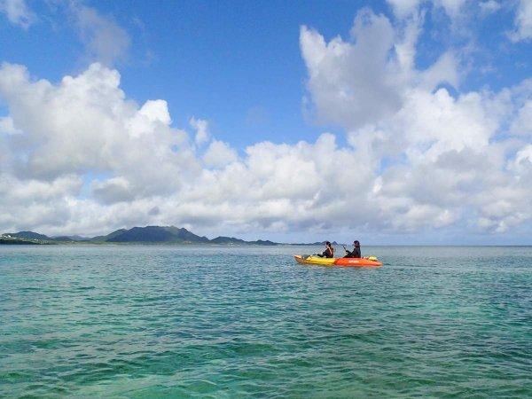 美しい海の上を気ままに漕ぎ進む「シーカヤック」