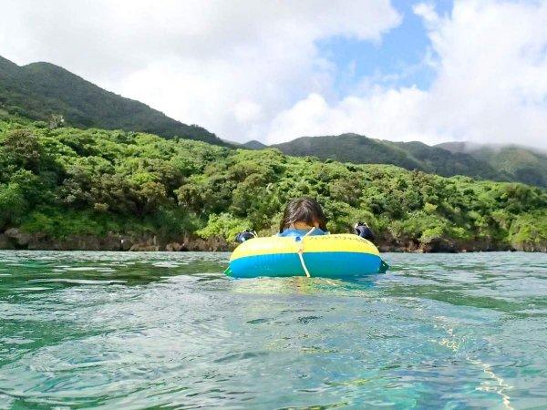 怖くて潜ることが難しい方でも、水中眼鏡付きフロート(浮き)を無料レンタル!