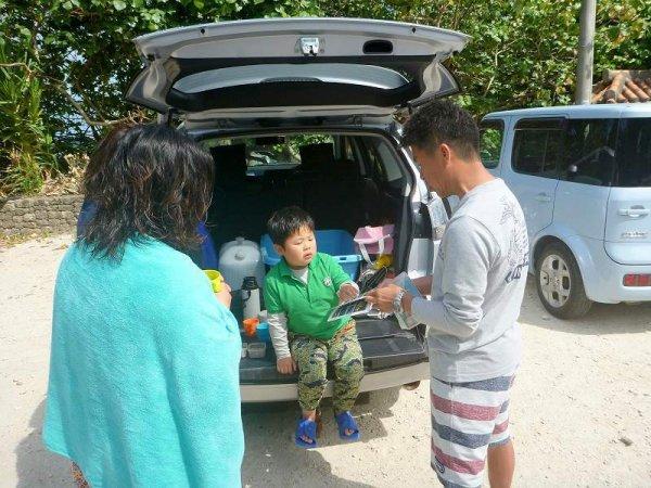ツアー後は、見つけた魚をガイドと一緒に振り返り!ドリンクとおやつも付いています!