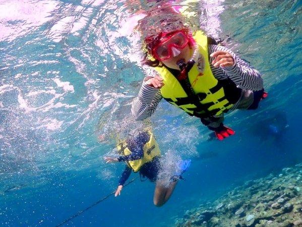 ガイドお勧めのポイントでシュノーケリング!沢山のお魚と珊瑚の絨毯が広がります!
