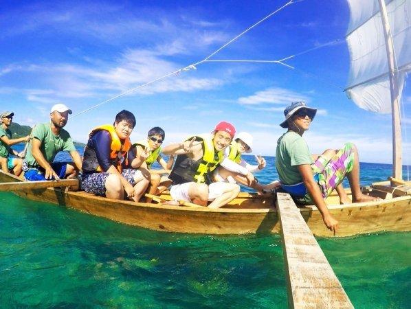 木板と竹で出来た船体に白い帆(フー)。サバニに乗って沖縄の原風景を見に行こう!