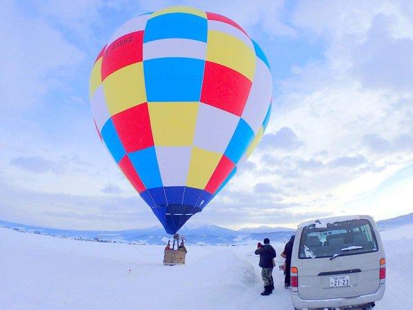 富良野の空に映える鮮やかな気球!