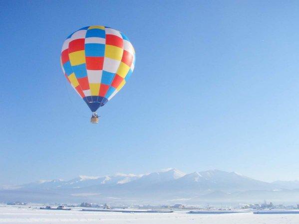 白銀の世界に浮かぶ気球は幻想的!