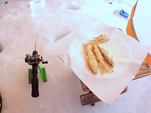 釣り上げたワカサギはその場で天ぷらに!