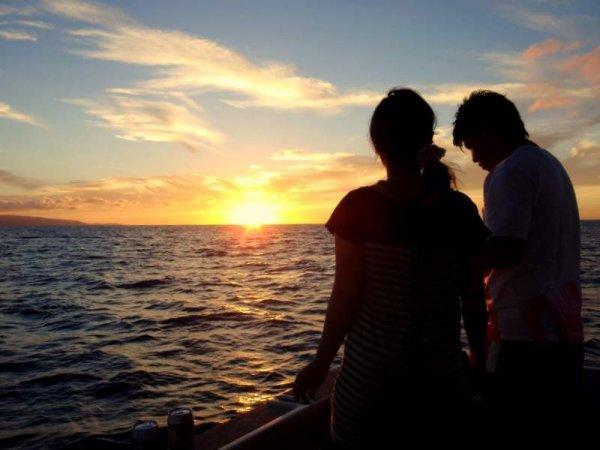 幻想的な日没が生み出すロマンチックなひと時を。