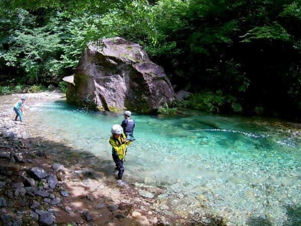 那珂川の支流、エメラルドグリーンに輝く美しい渓谷でリバーウォーキング!