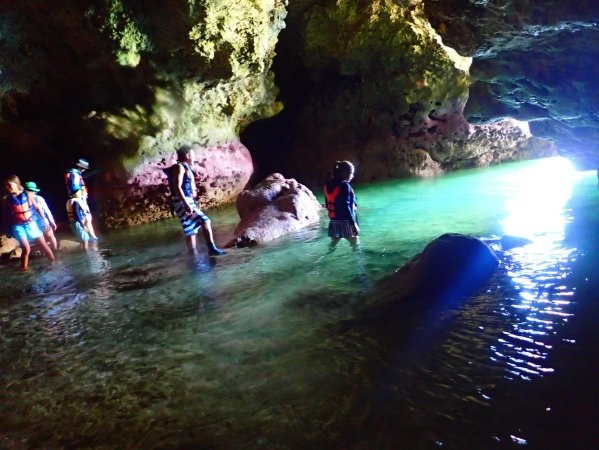 海からしか行けない洞窟探検も楽しめる!