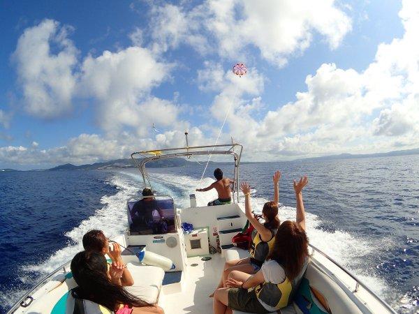 沖縄の風をあびて爽快クルージング