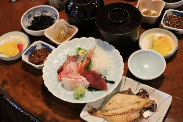 お昼はガイドおすすめの海鮮料理店へご案内!