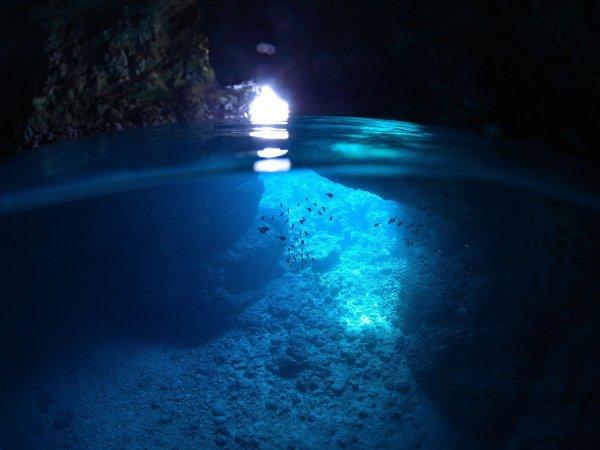 青く輝く神秘的な「青の洞窟」