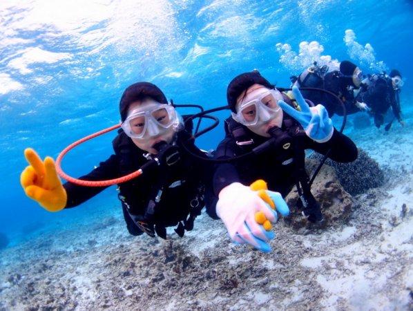 8歳から参加OK!家族みんなで沖縄の海を楽しもう!水深2~3mの光あふれるポイントでダイビングデビューしよう。