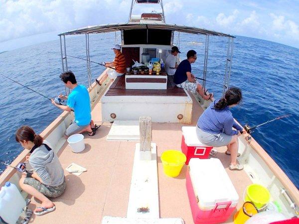 広々とした船上なので、ゆとりをもって釣りに集中できます。疲れたら休んでも大丈夫。