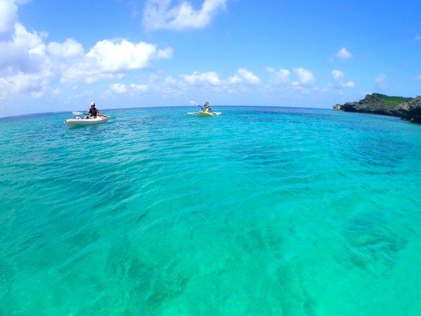 透明度も高く、鮮やかなブルーがまぶしい海!