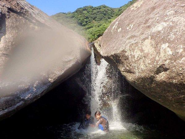 頭から滝をじゃぶじゃぶ浴びて気分爽快!